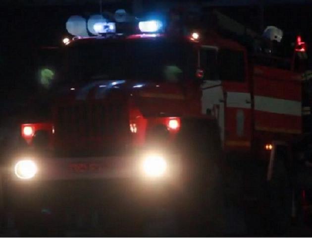 «Замінували» Версаль: людей посеред ночі вивели з закладу, куди приїхали рятувальники, - очевидець