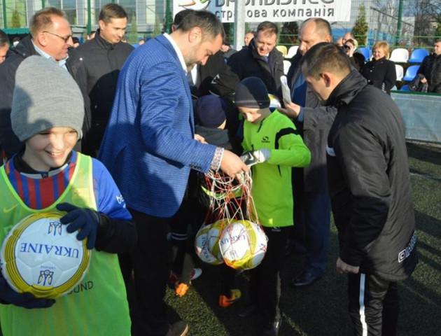 Футбольні зірочки Сумщини отримали від народних депутатів м'ячі