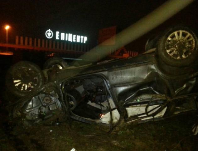 ДТП під Луцьком: машина зробила сальто, водій вилетів з салону. ФОТО