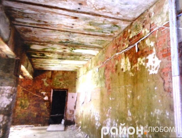 У селі на Любомльщині стеля в будинку культури в аварійному стані, а стіни «їсть» грибок
