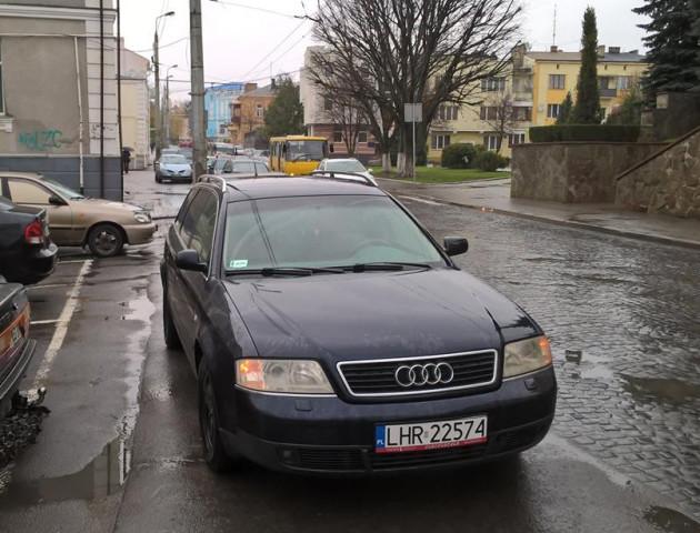 Луцький автохам перегородив своїм авто виїзд зі стоянки міськради