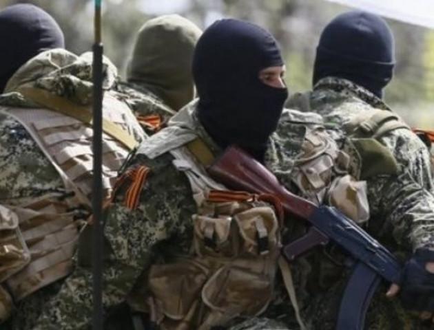 Центр Луганська зайняли чужі озброєні бойовики, екс-голова МВС засів в оточеній БТРами будівлі