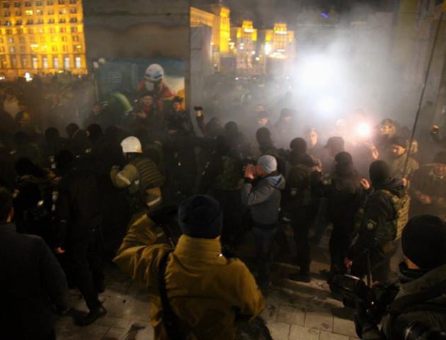 Поліція знесла намети на Майдані після спроби запалити шини