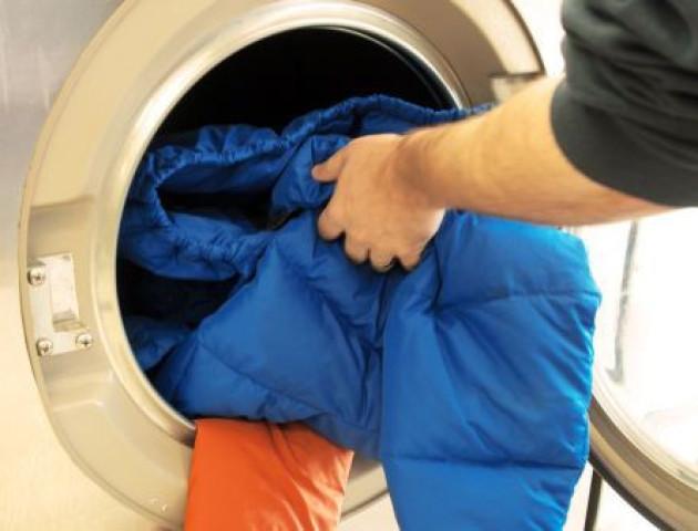 Як випрати пуховик у пральній машинці і не зіпсувати його: поради
