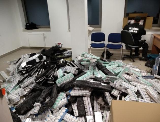У пасажирському потязі «Київ-Варшава» виявили тисячі пачок контрабандних цигарок. ФОТО