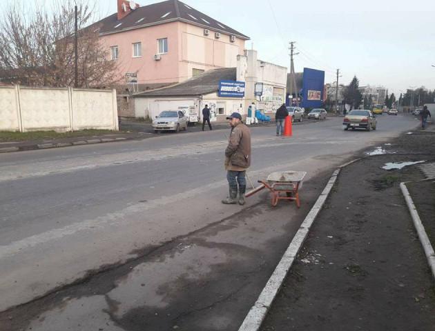 Муніципали змусили забудовників прибрати бруд з дороги