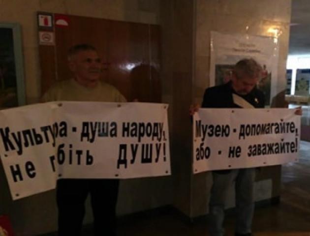 Пікет у стінах Волинської облради: вимагають врятувати музей-скансен у Рокинях