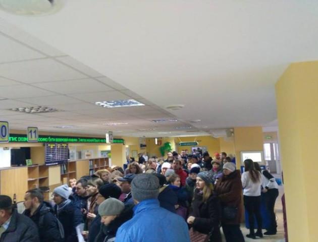 Натовп людей та галас: у луцькому ЦНАПі довжелезні черги за паспортами. ВІДЕО