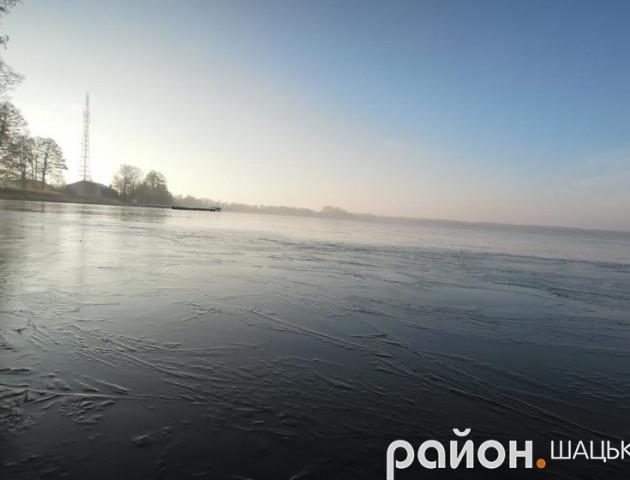 Морозний ранок на волинському озері: неймовірна краса природи
