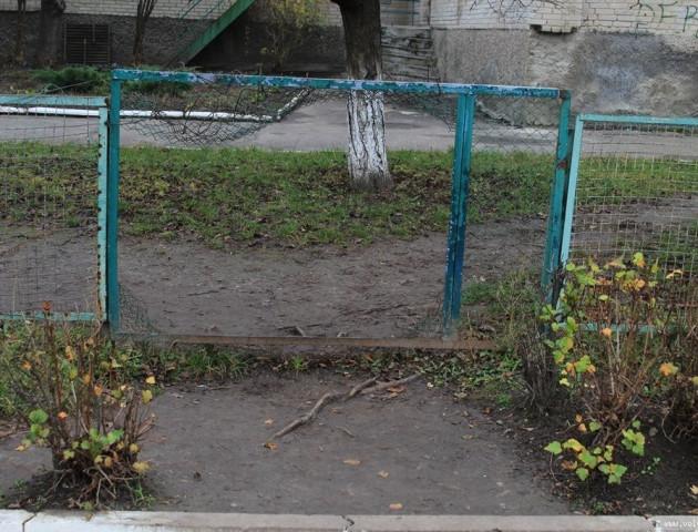 У Луцьку біля дитсадка планують облаштувати доріжку з бруківки