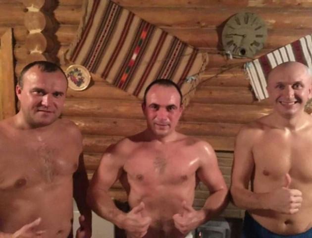 Луцькі депутати посвітили торсами у лазні