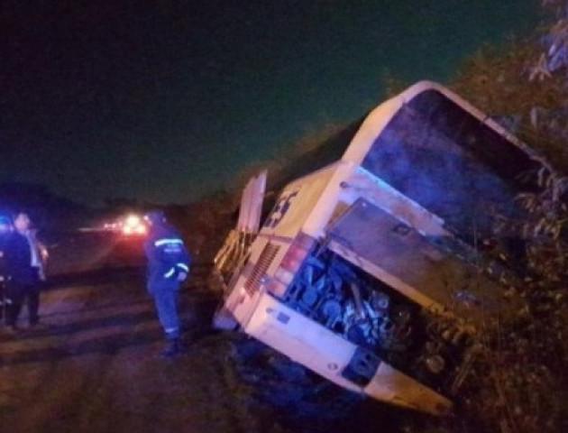 Біля Луцька автобус з пасажирами злетів на узбіччя.ФОТО