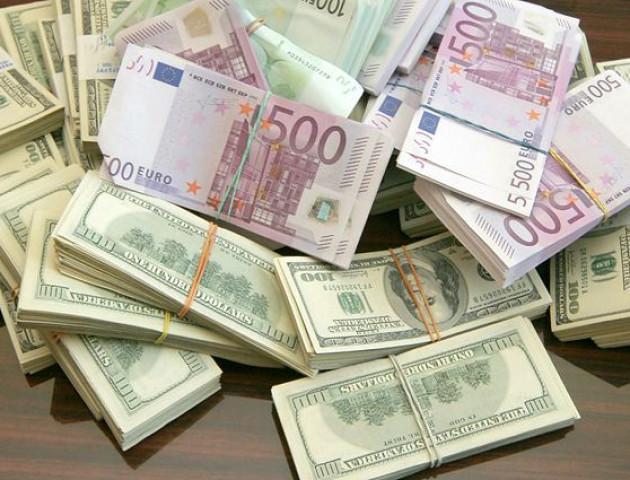 Українці почали купувати валюти більше, ніж продавати