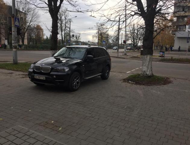 У Луцьку автівка припаркувалась на тротуарі перед «зеброю»
