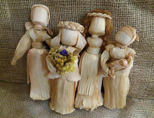 Волинська майстриня створила ляльку-мотанку вищу від неї самої