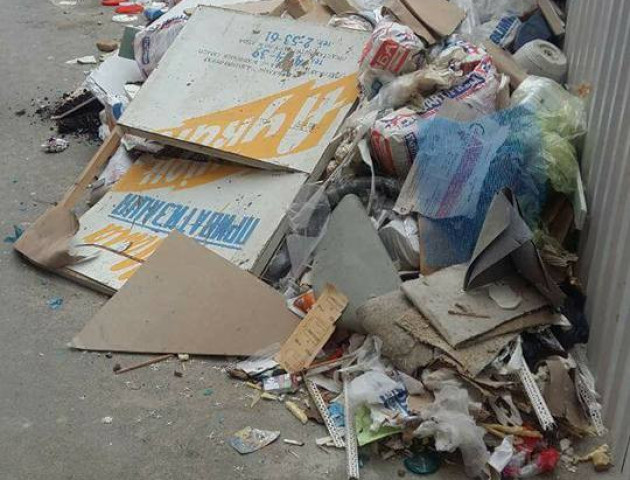 У Луцьку «винахідливі» підприємці викинули будівельне сміття під ЦНАП