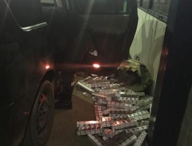 На Волинському кордоні затримали авто з контрабандними цигарками. ВІДЕО
