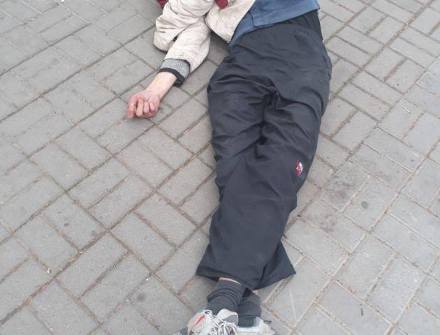 У Луцьку виявили чоловіка, який лежав на зупинці з наркотиками