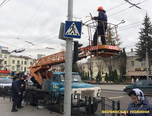 На центральній вулиці Луцька вантажівка збила світлофор. ФОТО