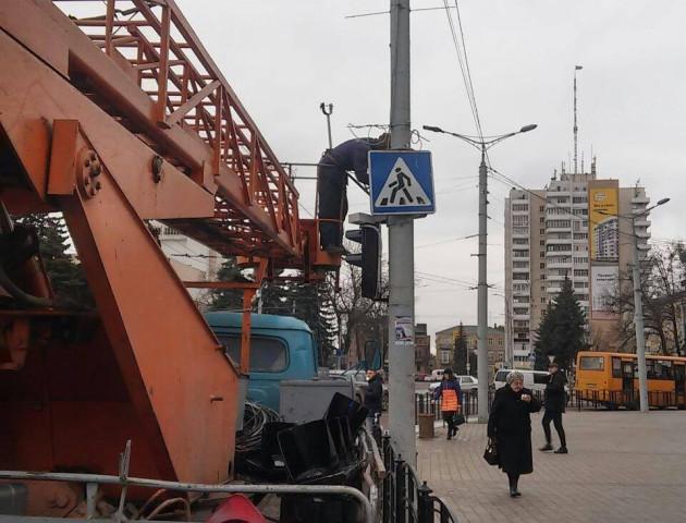 Водій фури, який збив світлофор у центрі Луцька, отримав чотири протоколи