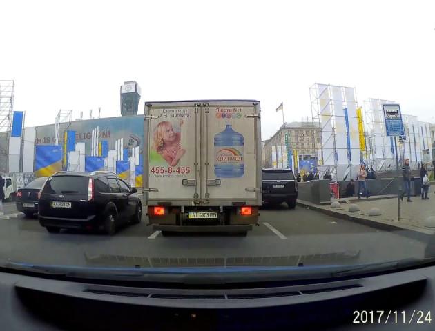 У Києві жінка з дитиною у візочку перебігла через 8 смуг проїжджої частини. ВІДЕО