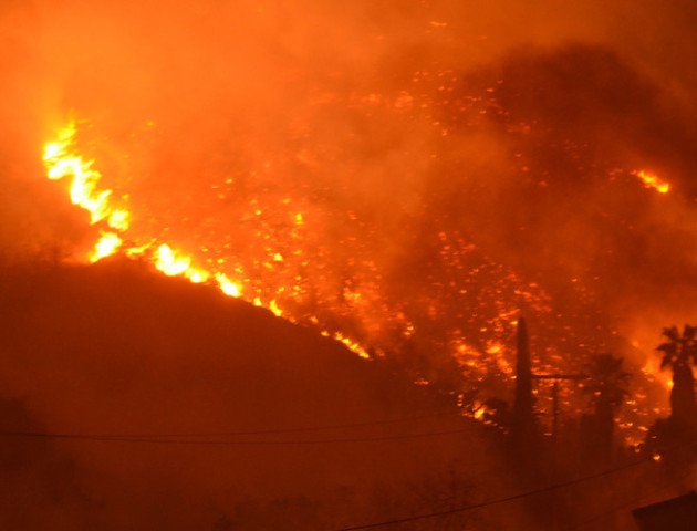 Пожежа в США не вщухає, вогонь загрожує Санта-Барбарі