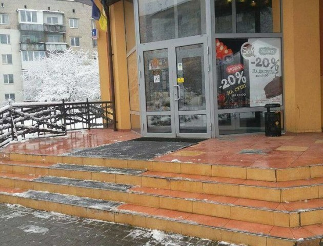 Недобросовісних бізнесменів у Луцьку змусили розчистити сніг біля власних закладів