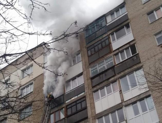 Понад 2 години рятувальникам не вдається погасити пожежу в луцькій квартирі. ВІДЕО