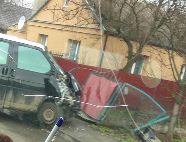 У Луцьку автівка влетіла у паркан. ФОТО