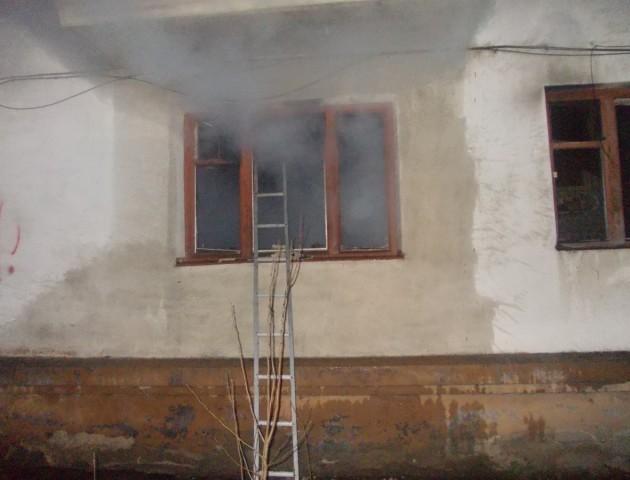 Подробиці нічної пожежі у Луцьку: згорів притон безхатьків та п'яниць. ФОТО