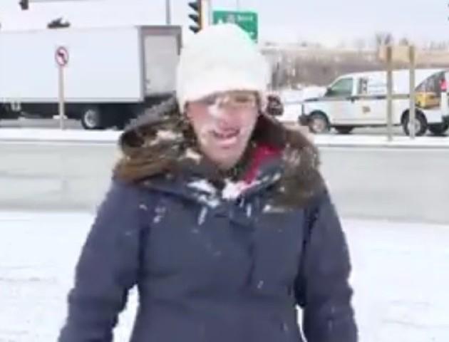 Ведучій перед самим ефіром кинули сніжку в обличчя. Відео