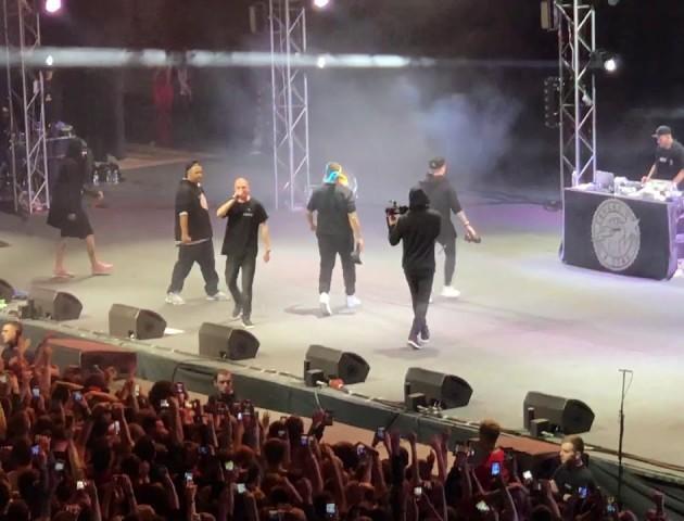 Під час концерту Oxxxymiron американський репер пов'язав на голову український прапор: відео
