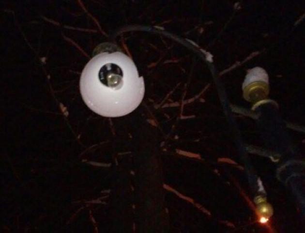 У Володимирі за ніч вандали потрощили ліхтарі та вирвали «з корінням» світлофор