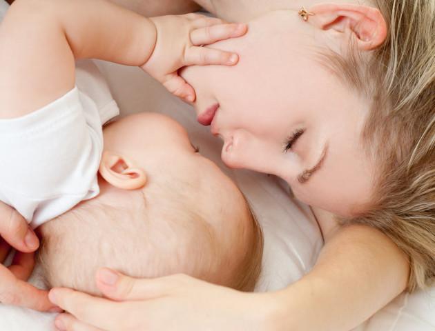 Вчені назвали вік, до якого дитина має спати разом з матір'ю