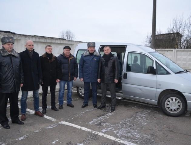 Волинським рятувальникам подарували новий автомобіль