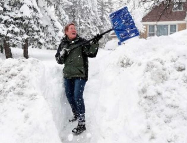 Які м'язи працюють, коли ви розчищаєте сніг лопатою: фото