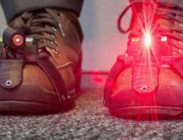 Для людей з хворобою Паркінсона створили унікальне лазерне взуття