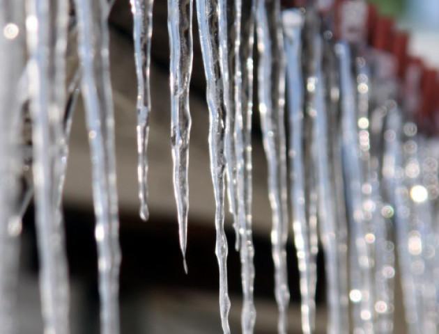 У Києві п'ять осіб постраждали від брил зі снігу. ВІДЕО