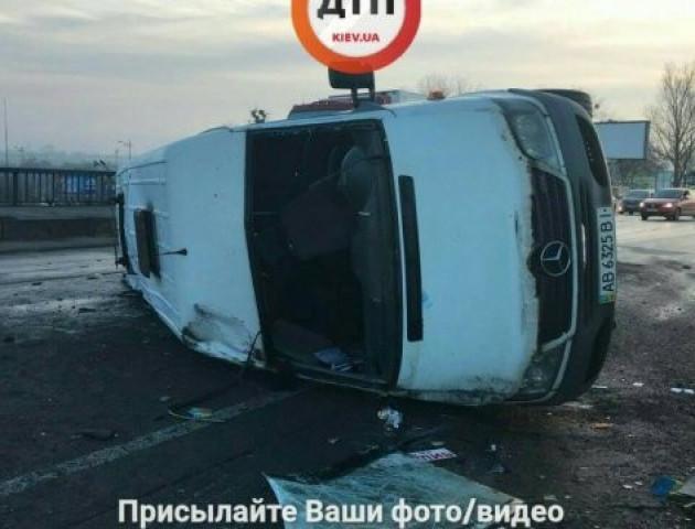 У Києві в результаті ДТП перекинулася маршрутка: п'ятеро постраждалих