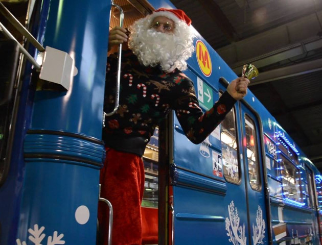 У Варшавському метро запустити різдвяний потяг. ВІДЕО