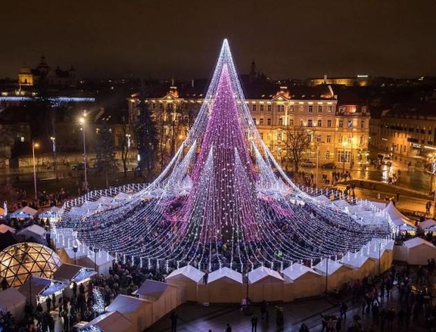 70 000 лампочок і 2700 іграшок: у Вільнюсі прикрасили новорічну ялинку