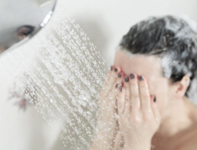 Зранку чи ввечері? Експерти пояснюють, коли краще приймати душ
