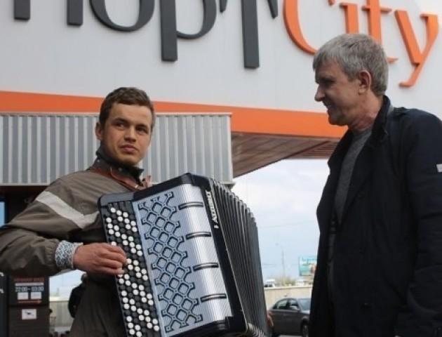 ПортCity придбав баян луцькому незрячому музиканту