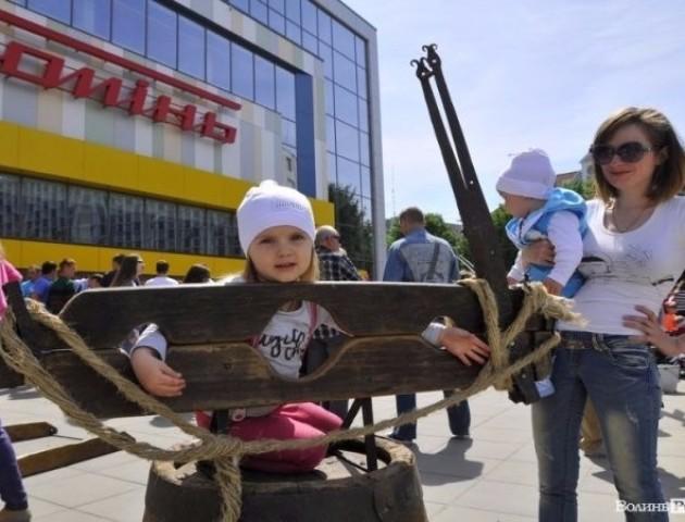 """Розвагами з нотками Середьовіччя у Луцьку відкрили нове """"Сільпо"""""""