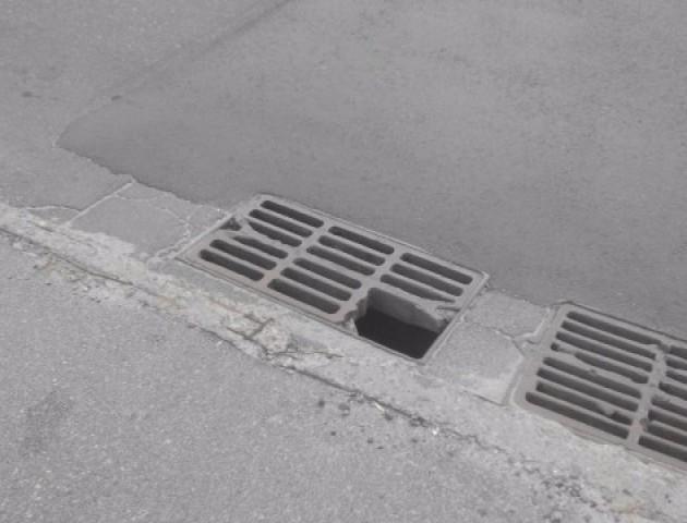 Щоб не ремонтувати люк для стоку дощової води, комунальники його засипали