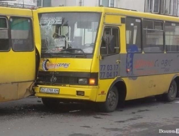 ДТП з постраждалими: у Луцьку зіткнулися дві маршрутки