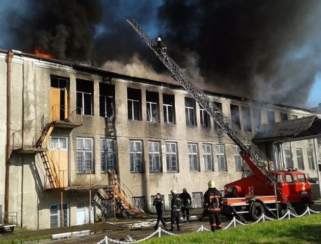 У Володимирі-Волинському горить приміщення швейної фабрики