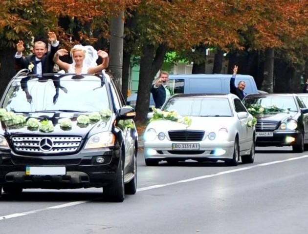 У Луцьку весільний кортеж супроводжували автівки «автоматами». Відео