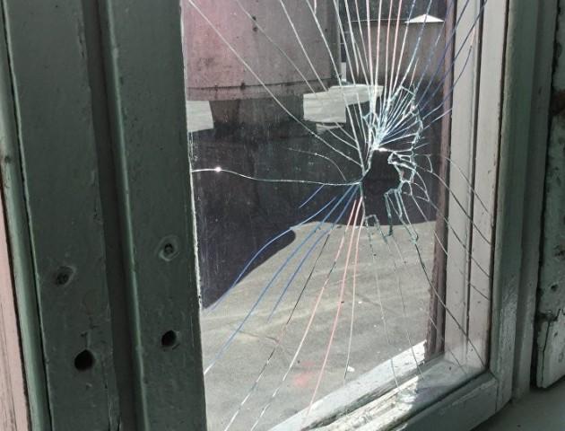 У Нововолинську хулігани вибили скло у дверях перукарні