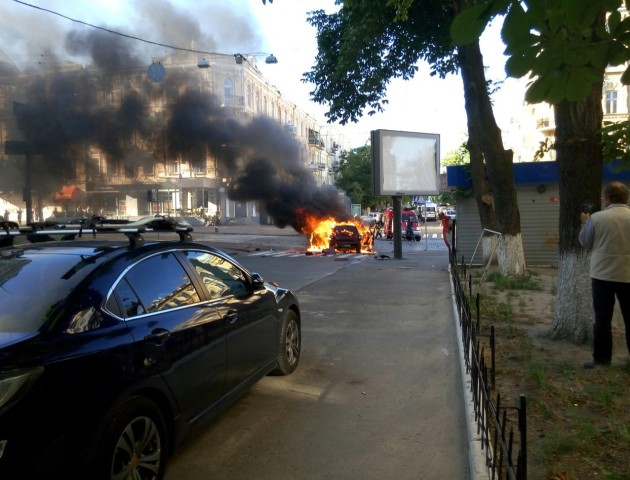 У  Луцьку вибухнула і згоріла машина